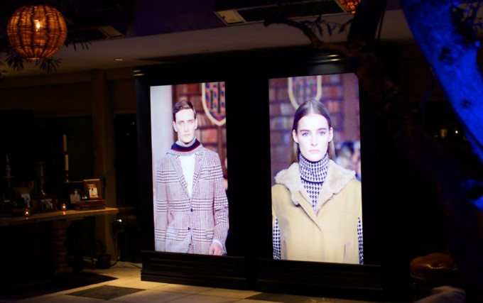 HILFIGER, Life-sized flatscreen display